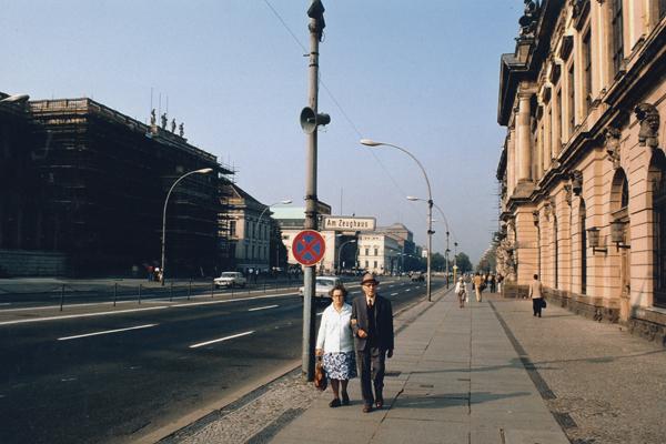 1982, Ostberlin, Straße Unter den Linden / Am Zeughaus: DDR-Alltag / Rentner-Ehepaar