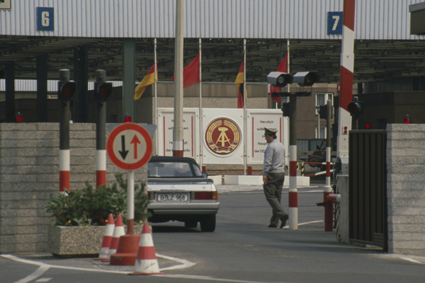 Ein Auto fährt durch eine Grenzkontrolle Richtung DDR aus West-Berlin.