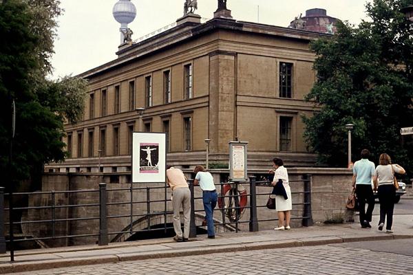 Berlin 1973: Bodestraße am Alten Museum. Bild zeigt Fußgänger an einer Brücke und das Museum.