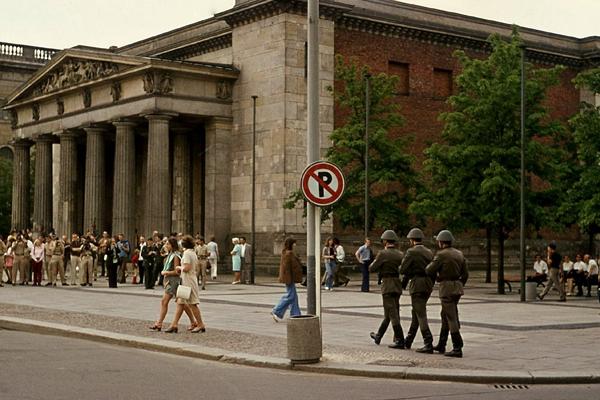 Berlin Neue Wache: Bild zeigt Touristen und Soldaten der NVA die von amerikanischen Soldaten fotografiert werden.