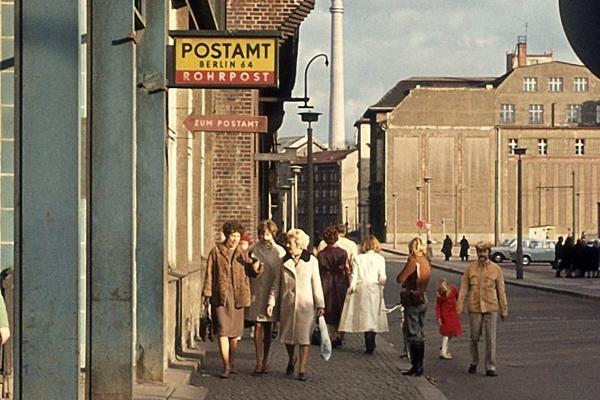 Postamt 64 in der Georgenstraße in Berlin und im Hintergrund der Fernsehturm.