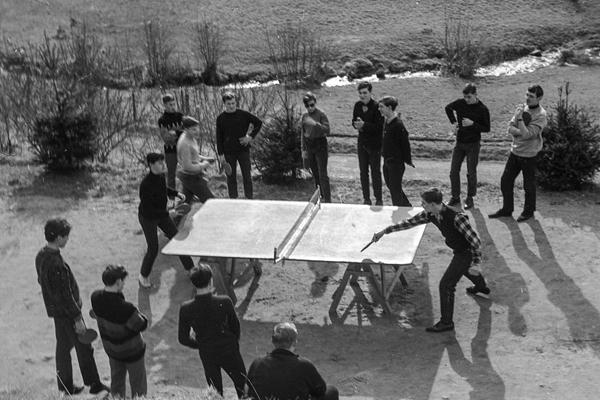Auf dem kleinen ebenen Platz am Landheim ist gerade genug Platz für eine Tischtennisplatte. An der wird unermüdlich gespielt!